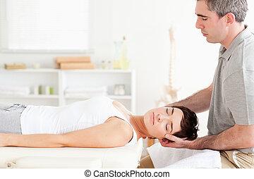 Chiropraktiker dehnen eine charmante Frau aus