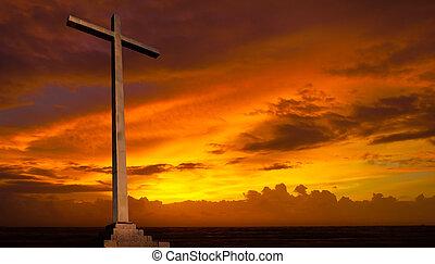 Christliches Kreuz am Sonnenuntergangshimmel. Religionsgeschichte.
