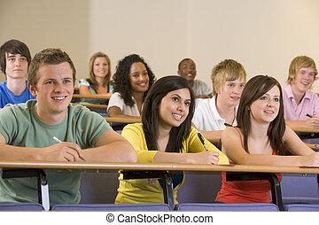 College-Studenten, die einem Universitätsvortrag zuhören