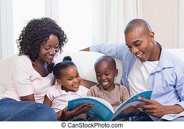 couch, lesende , storybook, familie, glücklich