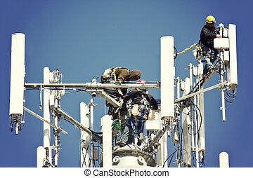 Crew installiert Antennen