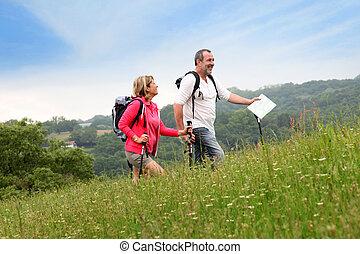 Das ältere Paar wandert in der Naturlandschaft