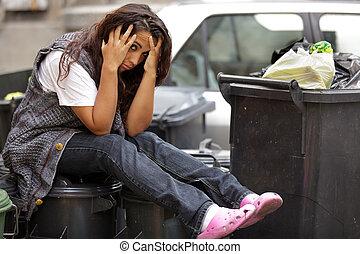 Das arme Mädchen in der Mülltonne