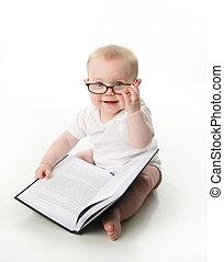 Das Baby liest eine Brille