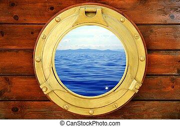 Das Boot hat ein Bullauge mit Aussicht auf Urlaub