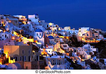 Das Dorf Oia bei Sonnenuntergang.