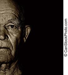 Das Gesicht eines älteren Mannes über dem hellen Hintergrund