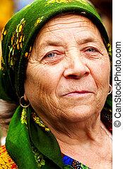 Das Lächeln einer glücklichen osteuropäischen Seniorin