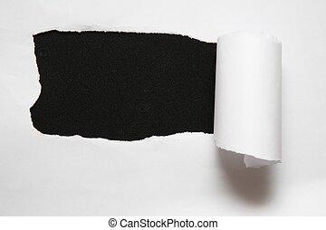 Das Laken mit zerrissenem Papier vor schwarzem Hintergrund