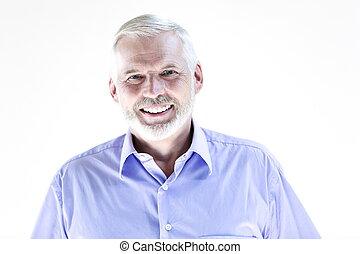 Das Porträt des Senioren lächelt