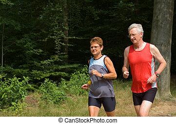 Das Senior-Paar läuft