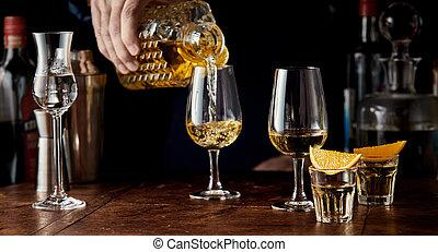 dekantieren, gießen, spirituosen, kristallglas, barkeeper