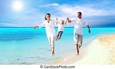 Der Anblick einer glücklichen jungen Familie, die am Strand Spaß hat