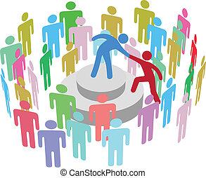 Der Anführer hilft der Person, mit der Gruppe zu sprechen