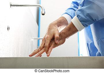 Der Arzt wäscht sich die Hände.