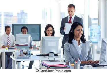 Der Aufseher macht Notizen in einem Callcenter