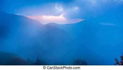 Der blaue Kamm im Nebel, gesehen aus dem Krach, nahe dem Blau.