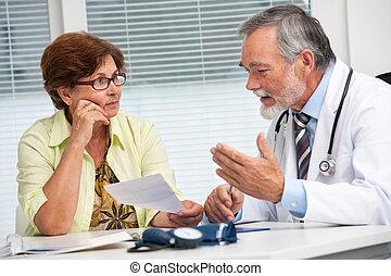 Der Doktor spricht mit seiner Patientin.
