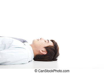 Der Geschäftsmann liegt auf dem Boden und ruht sich aus
