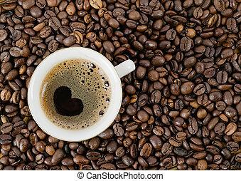 Der Hintergrund von Kaffeekorn und eine Tasse Kaffee, die obere Aussicht