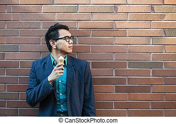 Der junge Asiate mit Eis.