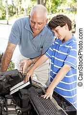 Der Junge hilft Dad