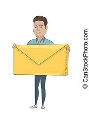 Der junge hispanische Geschäftsmann mit einem großen Umschlag.