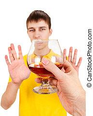 Der junge Mann lehnt einen Alkohol ab.