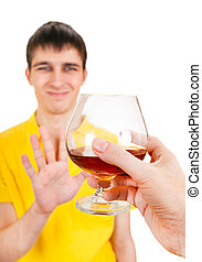 Der junge Mann leugnet einen Alkohol.
