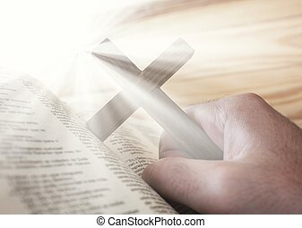 Der Mann, der das Kreuz mit Bibel und göttlichem Licht hält