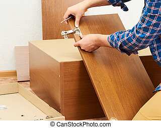 Der Mann sammelt Möbel.