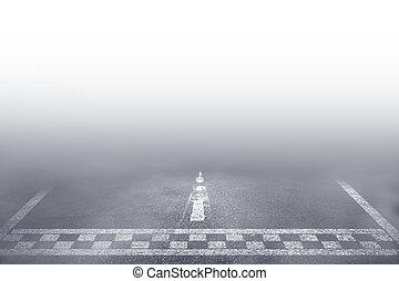 Der Rennwagen fährt die Nebelstraße.