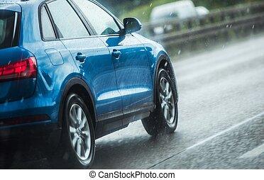 Der Wagen fährt in starkem Regen