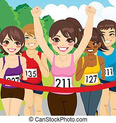 Der weibliche Sportler gewinnt.