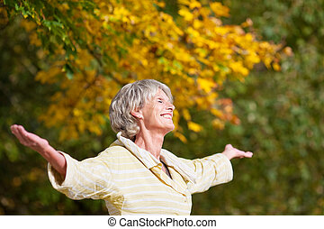 Die ältere Frau genießt die Natur im Park