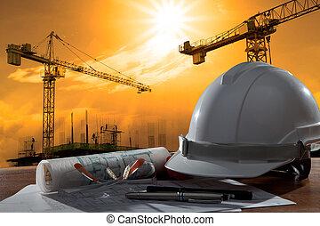 Die Akte mit Sicherheitshelm und Architekt auf Holztisch mit Sonnenuntergang und Baubau