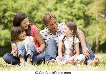 Die Familie im Freien lächelt