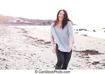 Die Frau hat Spaß am Strand.