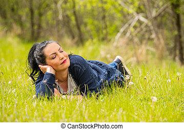 Die Frau ruht in der Natur.