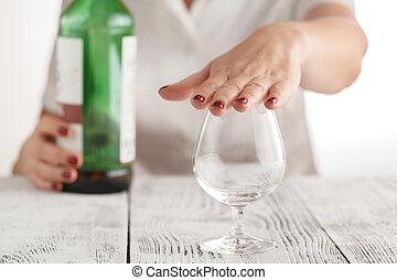 Die Frau weigert sich, Alkohol zu trinken.