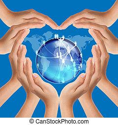 Die Hände bilden eine Herzform im sozialen Netzwerk