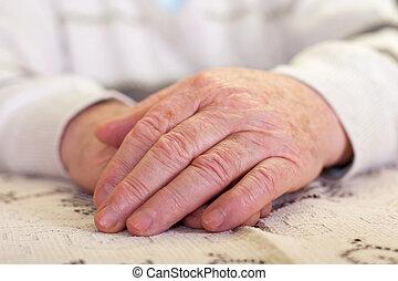 Die Hände des Älteren.