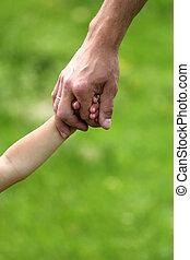 Die Hand der Eltern und des Kindes