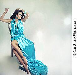 Die junge Dame posiert über Studio-Hintergrund