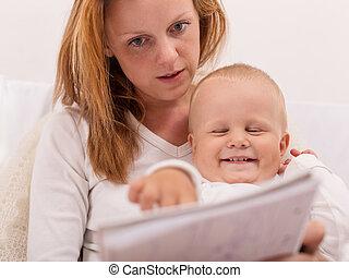 Die junge Mutter zeichnet mit ihrem Sohn.