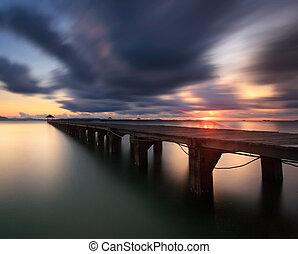 Die lange Holzbrücke.