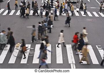 Die Leute überqueren die Straße