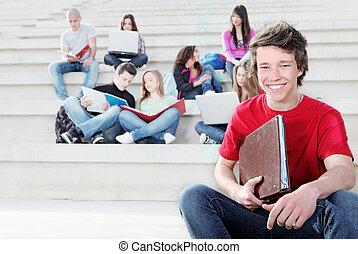 Diverse Gruppe von Studenten, die im Freien arbeiten.