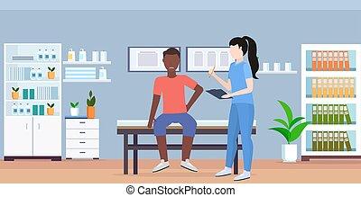 Doktor Holding Klemmbrett weibliche Therapeutin Beratung verletzt afroamerikanischen männlichen Patienten sitzen auf dem Bett manuell Sport Physiotherapie Konzept modernes medizinisches Büro in horizontal.