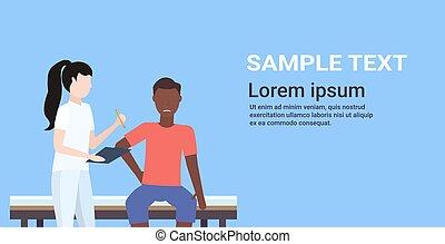 Doktor mit Klemmbrett weiblichen Therapeuten verletzt afroamerikanischen männlichen Patienten sitzen auf dem Bett manuelle Sporttherapie Konzept Portrait horizontaler Kopie Raum.